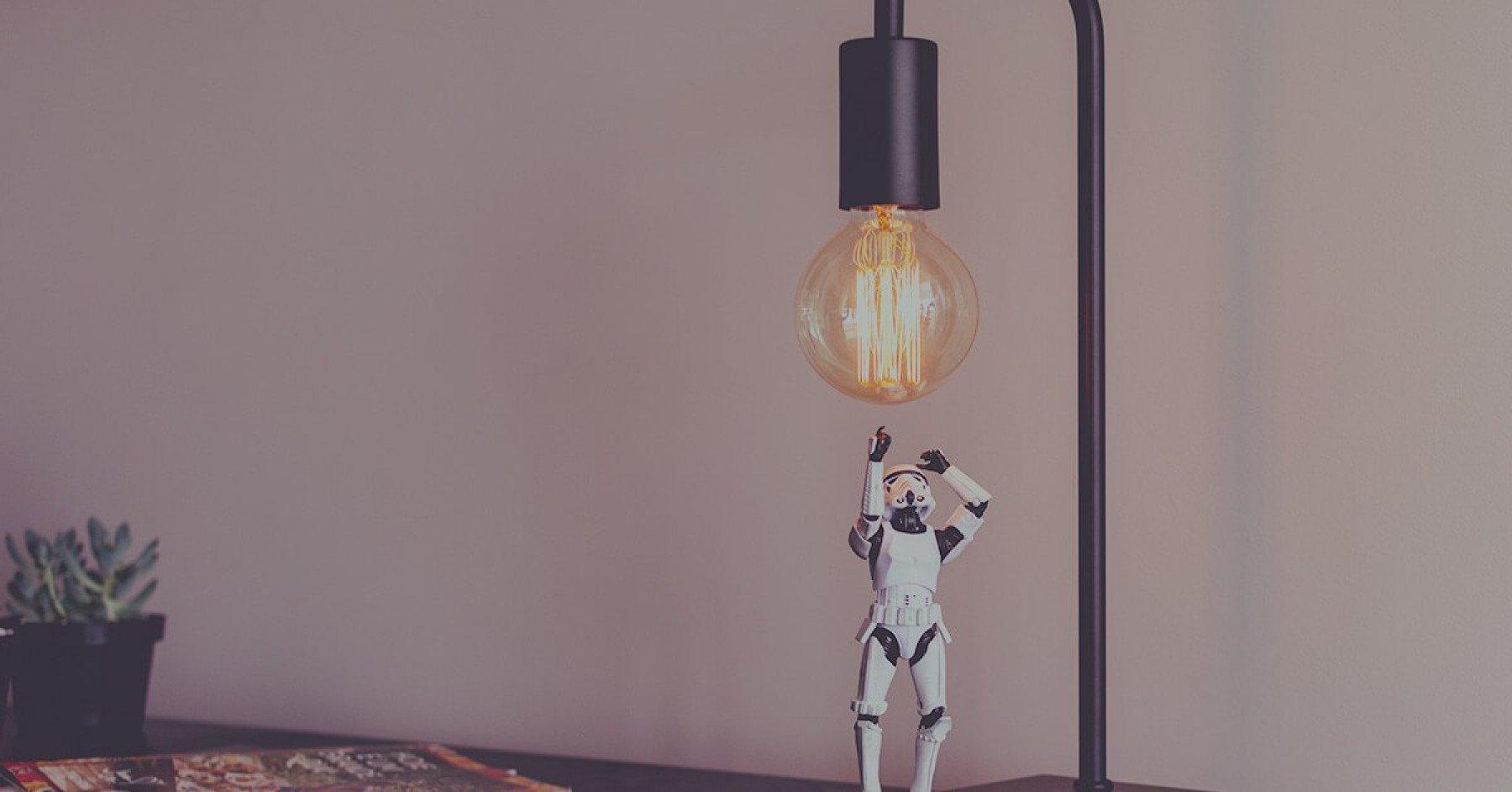 Bord med en bordslampa och en miniatyr av en storm trooper från Star Wars