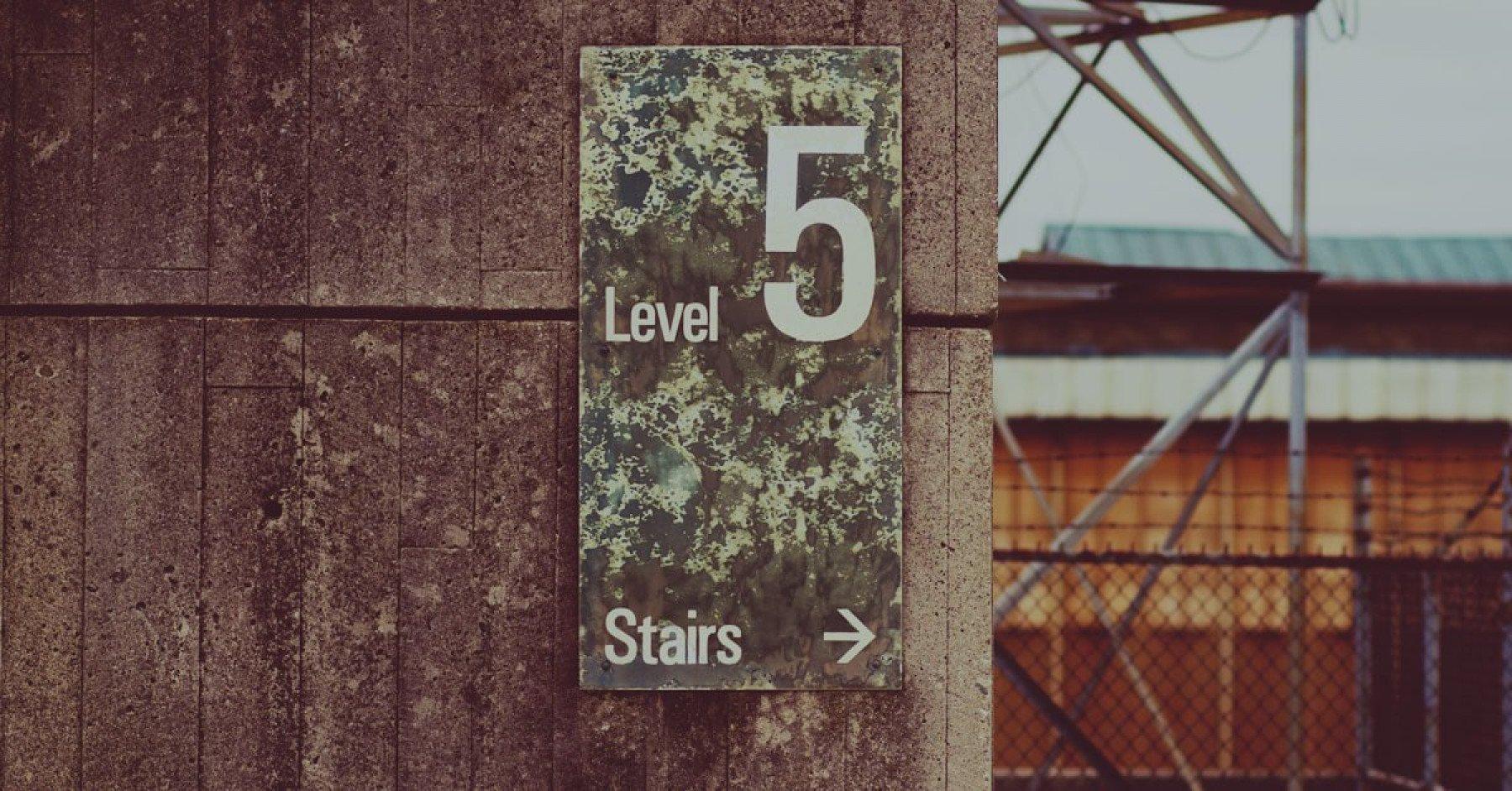 Skylt med våning fem i utomhustrapphus