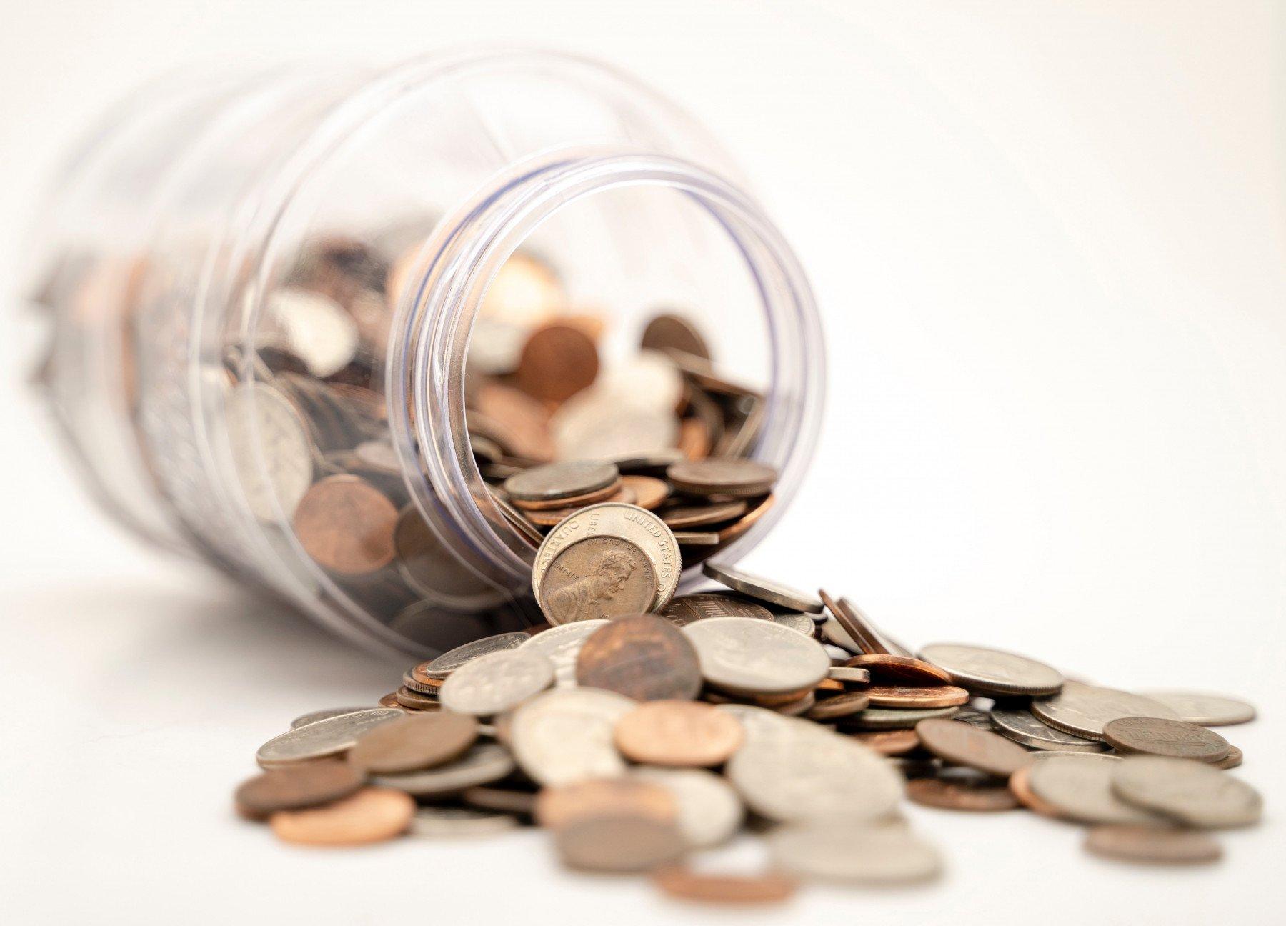 En massa mynt i en burk