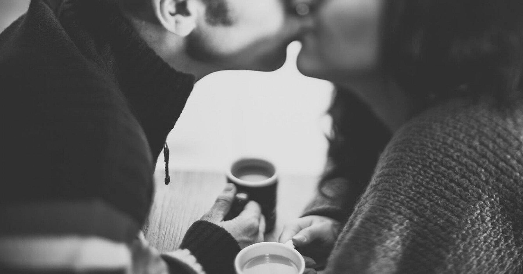 Ett par kysser varandra på munnen.