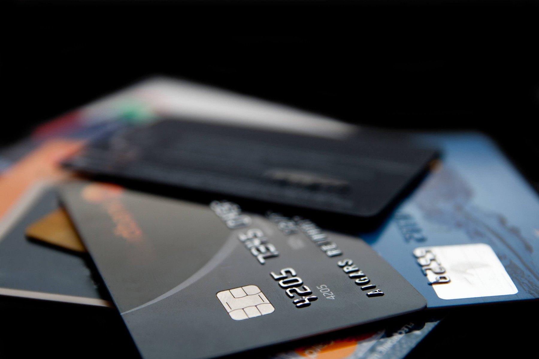 Kreditkort ligger i en hög