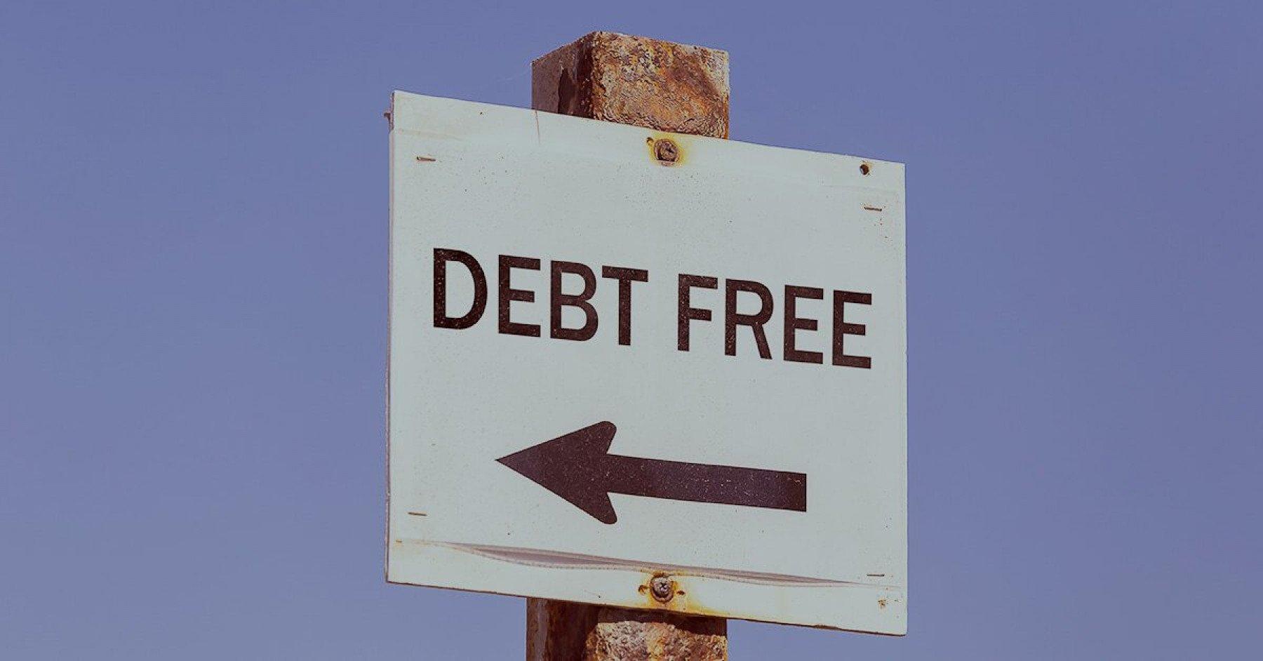 Skylt med pil och texten debt free