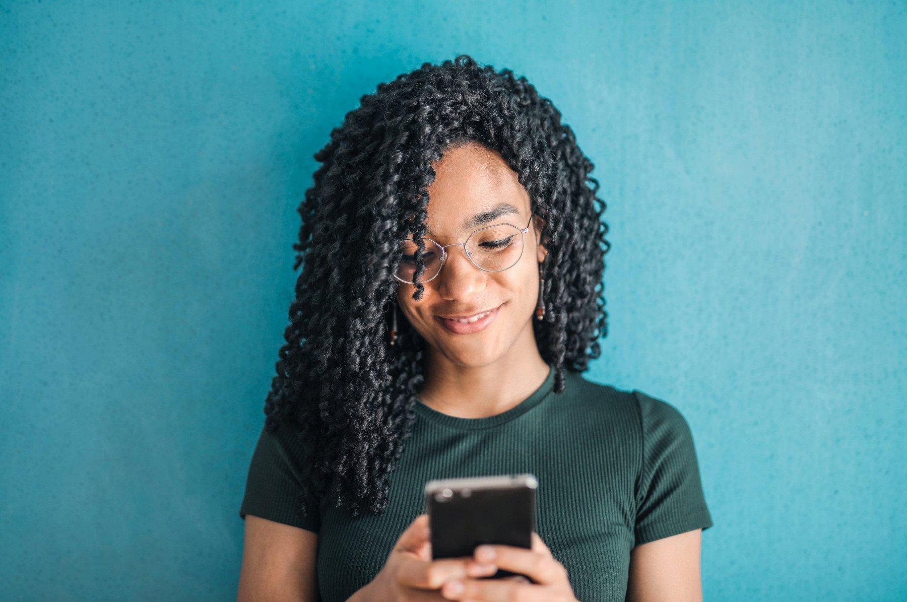 kvinna som använder smartphone