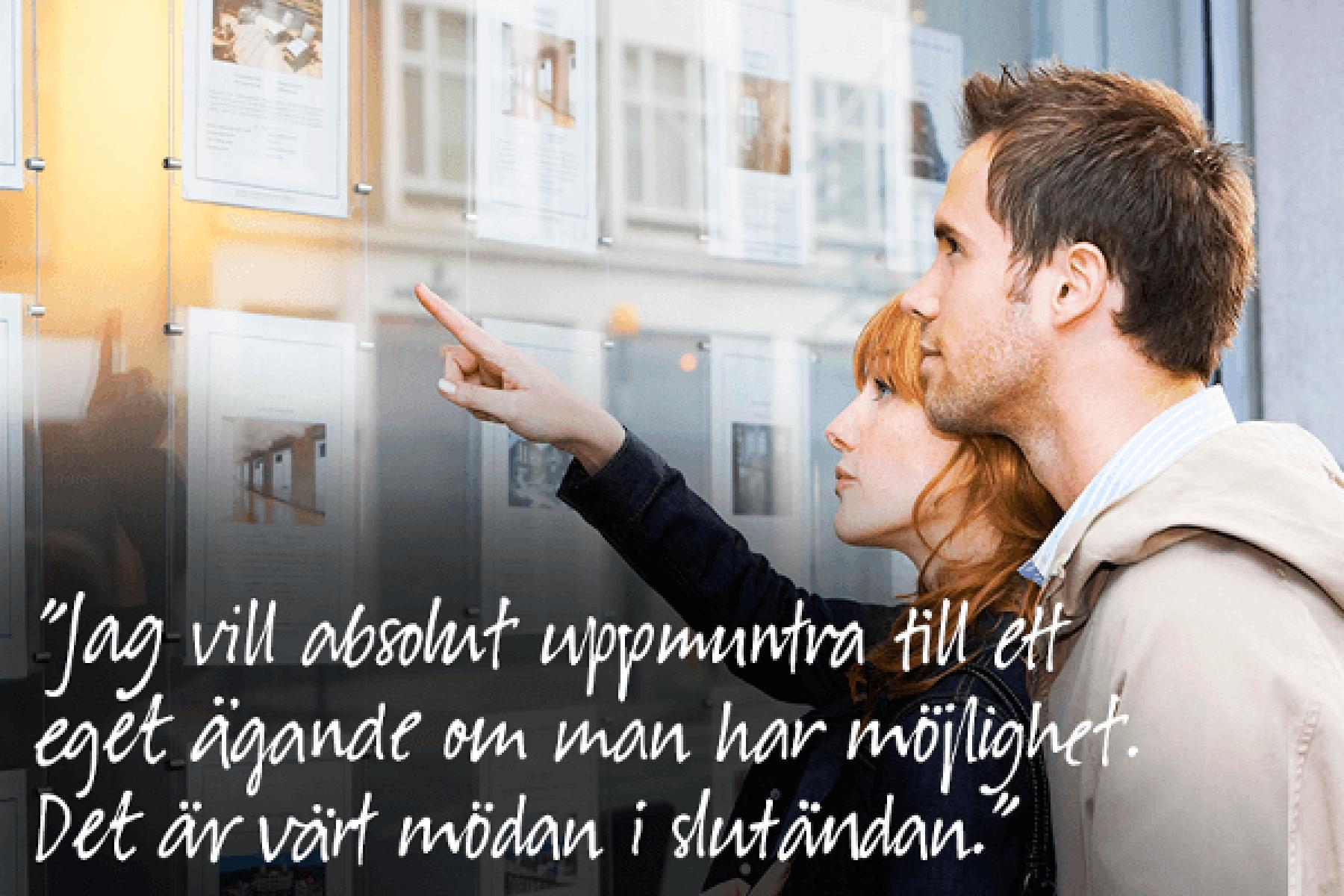 Två personer pekar mot bostadsannonser i ett fönster