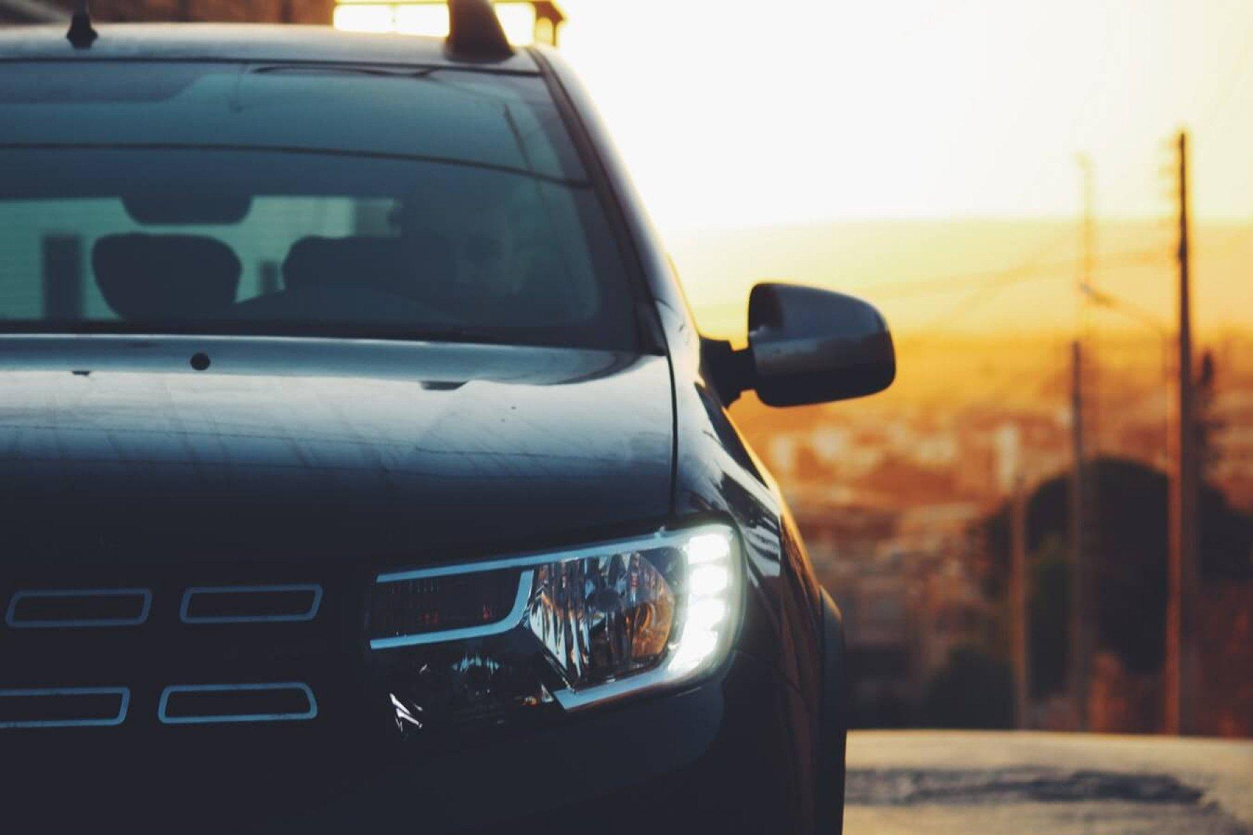 Höger sida av en bil sett framifrån