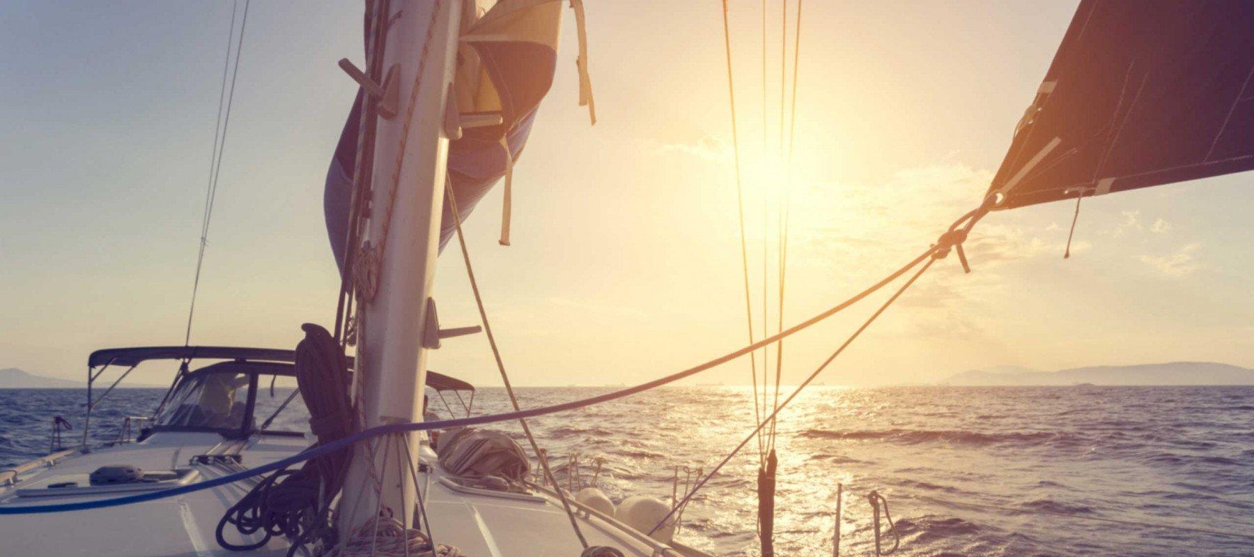 En segelbåt som seglar på ett öppet hav
