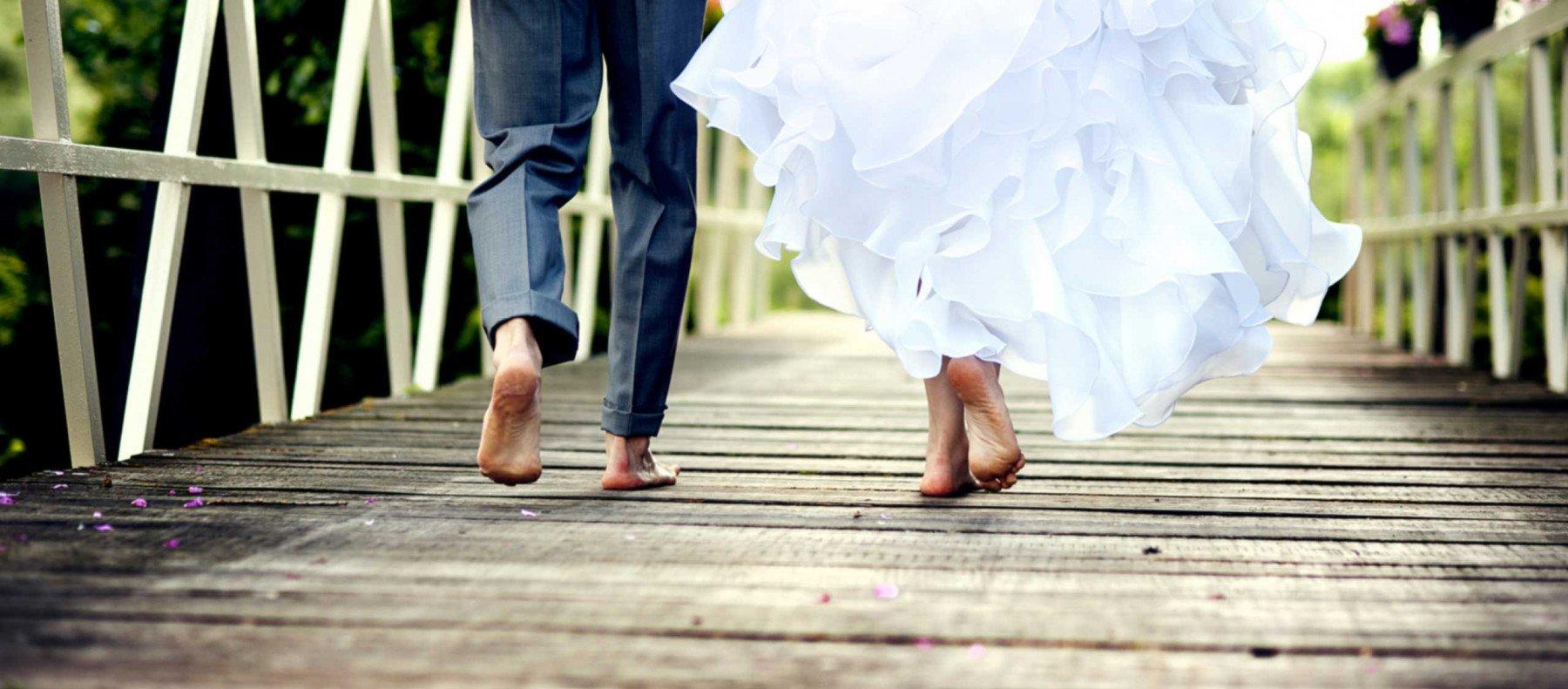 Bröllopspar går över en bro