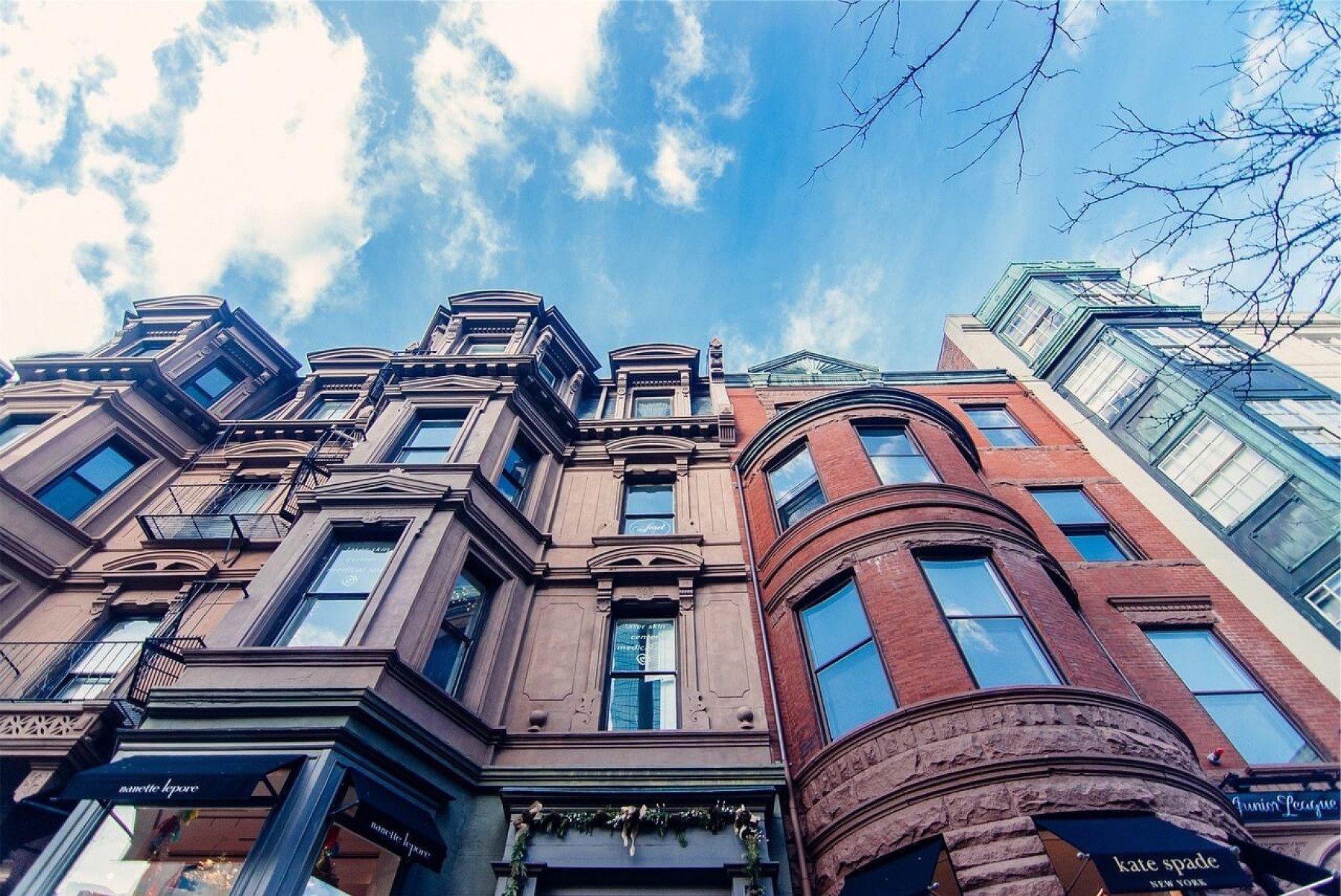 Hög byggnad med blå himmel