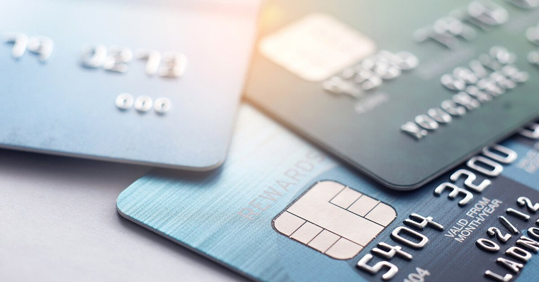 Tre kreditkort ligger på ett bord