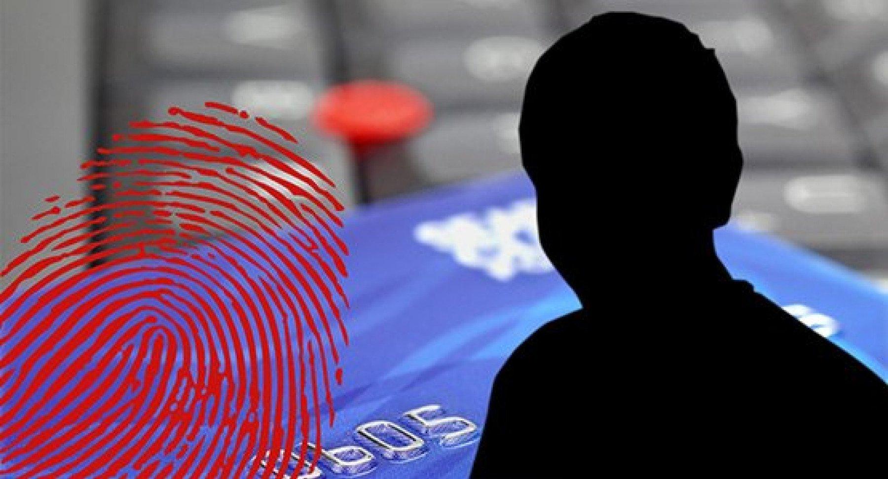 Ett kreditkort i bakgrunden av bilden med ett fingeravtryck och en person i svart siluett
