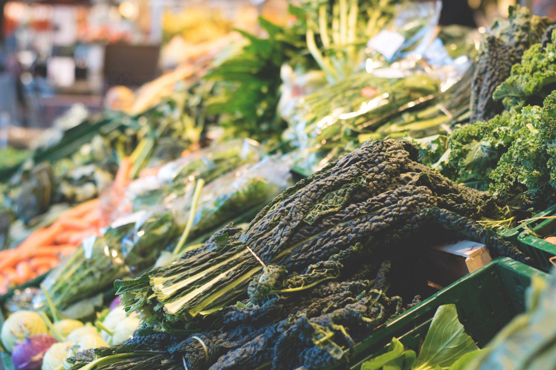 Grönsaker som ligger i lådor hos en grönsakshandlare