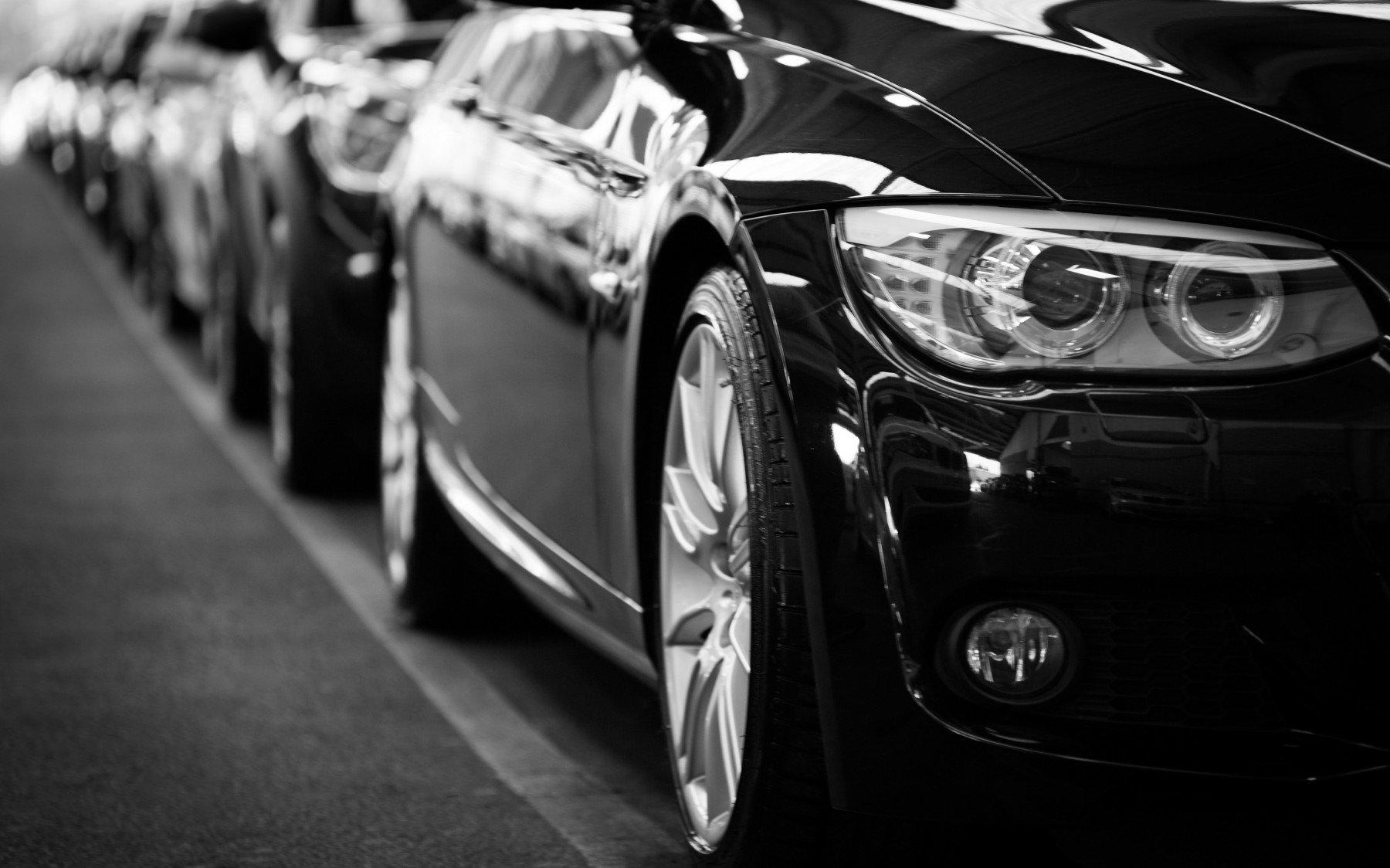 Bilar parkerade på rad