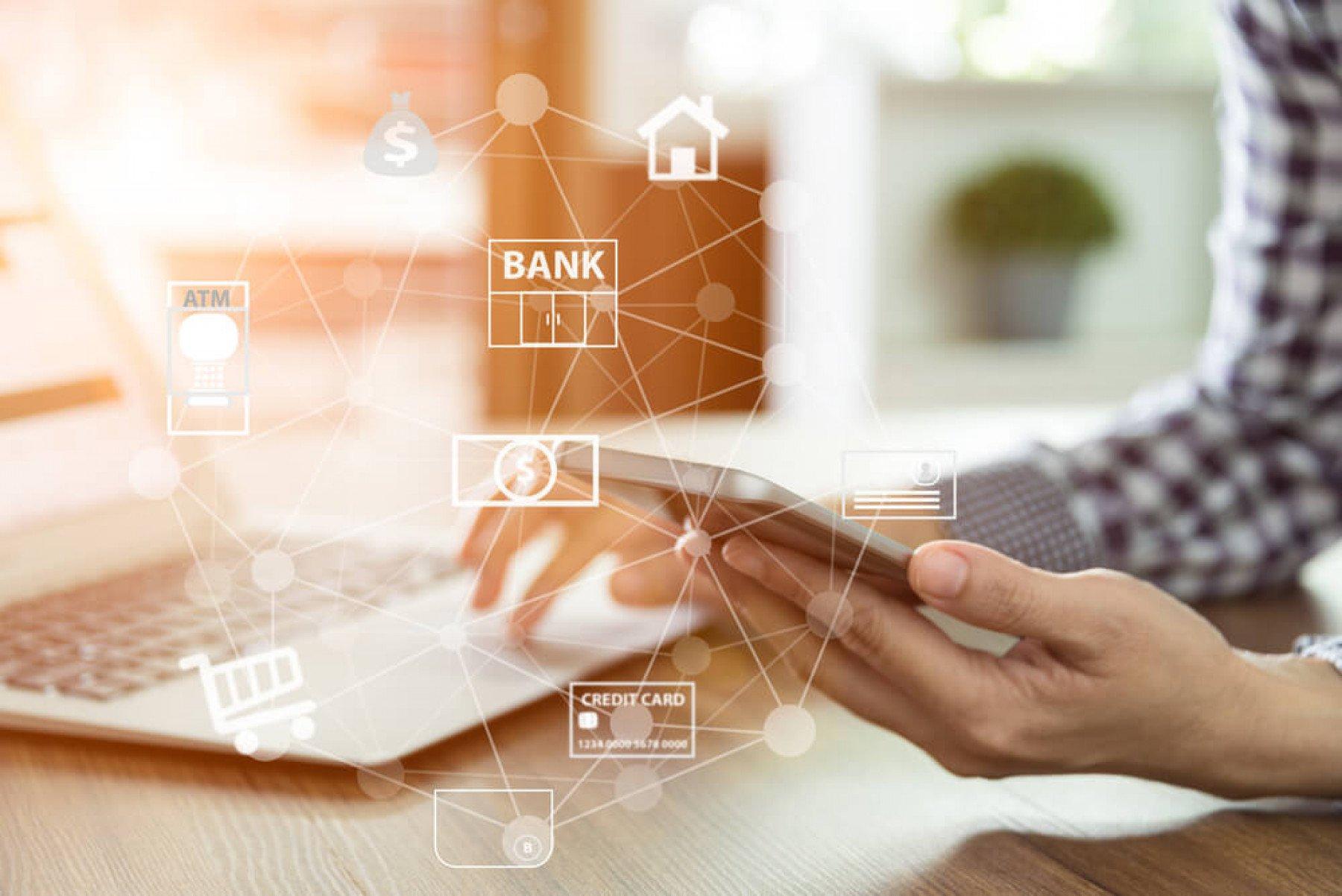 Person som sitter framför en laptop och mobiltelefon och ett rutnät över bilden som visar kopplingar mellan bank, kreditkort, näthandel