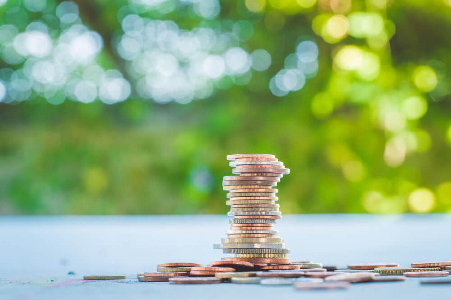 En uppstaplad hög med mynt