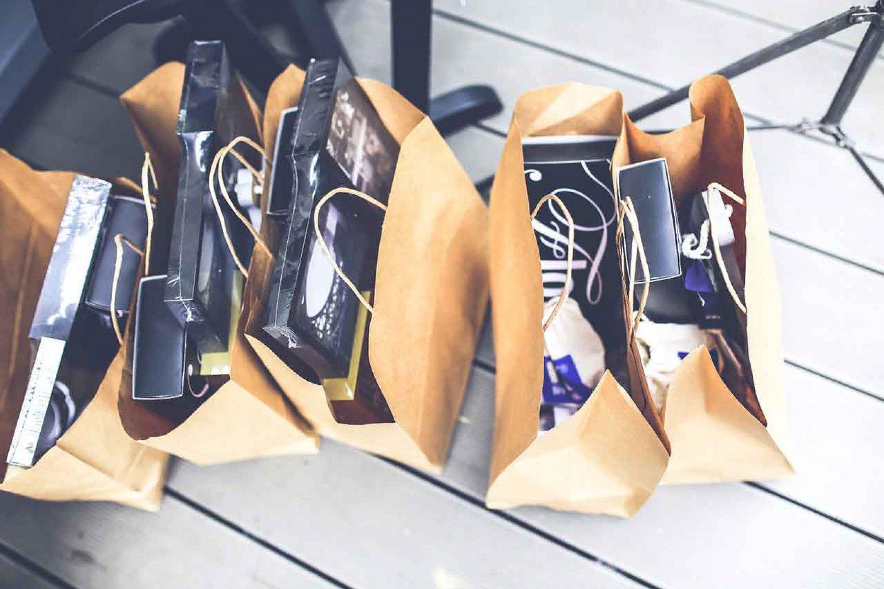 Shoppingpåsar som är fyllda står uppställda på ett golv
