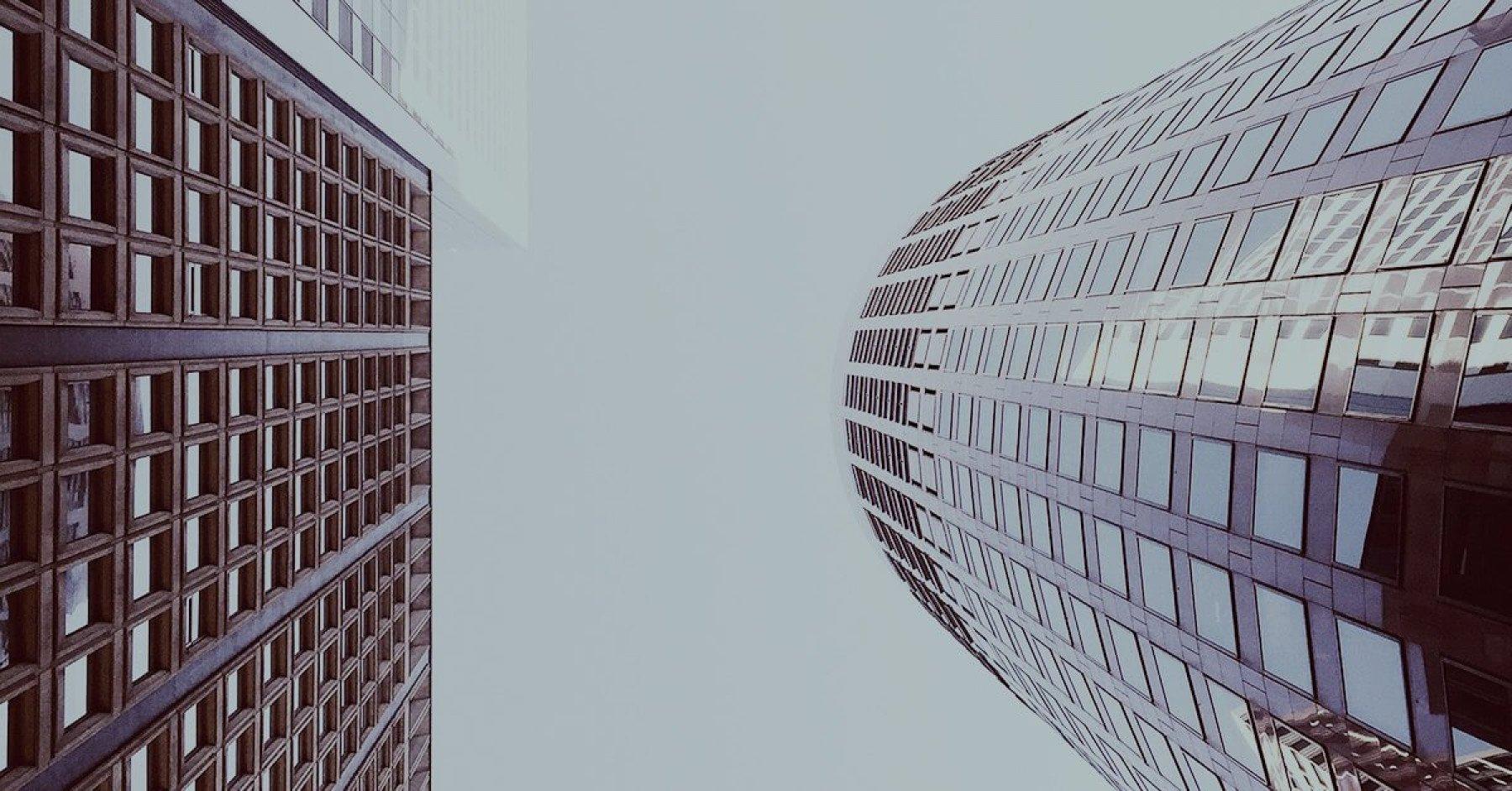 Skyskrapor med mycket fönster