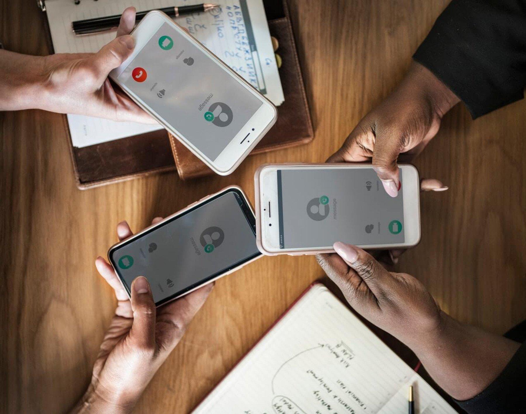 Tre personer som håller varsin mobiltelefon som ringer