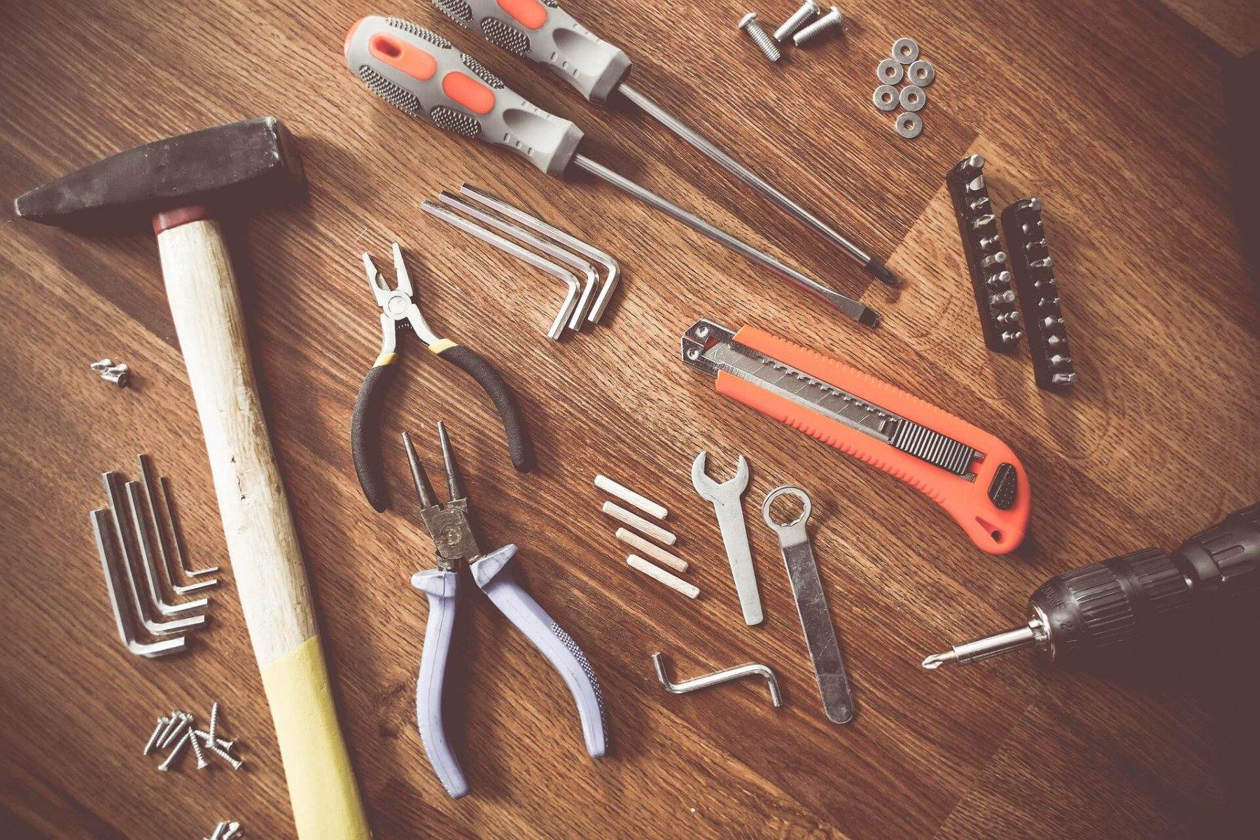 En massa verktyg ligger på ett golv