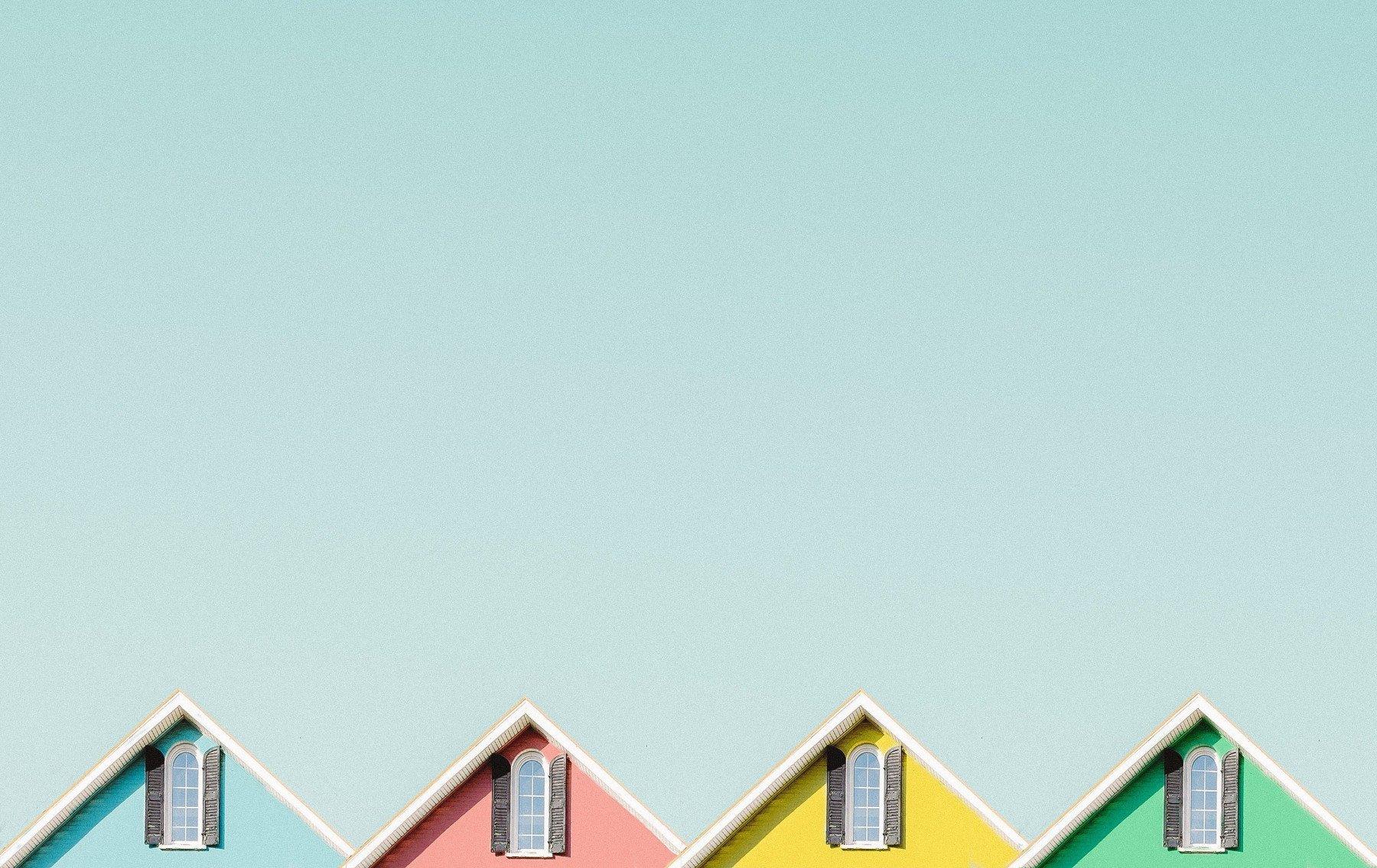 Färgglada hustoppar mot blå himmel